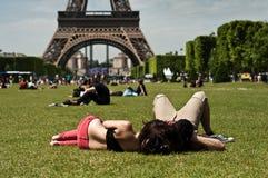 Toerist voor de Toren van Eiffel in Parijs Royalty-vrije Stock Afbeelding