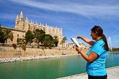 toerist voor Majorca Palma Cathedral in Baleaarse Islan Stock Foto's
