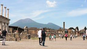 Toeristen aan het forum van Pompei stock videobeelden