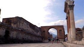 Toeristen aan het forum van Pompei stock video
