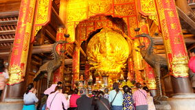 Toeristen in Bà ¡ i Ä  Ãnh Tempel Geestelijke en Culturele Complex royalty-vrije stock afbeelding