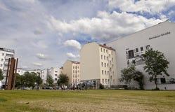 Toeristen in Berlin Wall Memorial Bernauer Strasse royalty-vrije stock fotografie