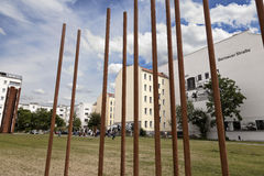 Toeristen in Berlin Wall Memorial Bernauer Strasse stock foto's
