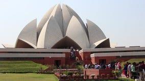 Toeristen bezochte Lotus Temple in New Delhi stock videobeelden