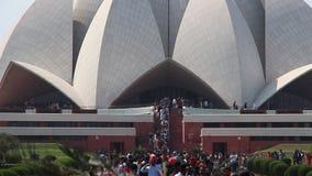 Toeristen bezochte Lotus Temple in New Delhi stock footage