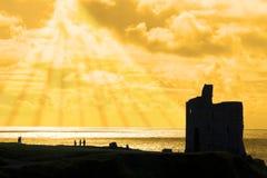 Toeristen bij ballybunionkasteel bij zonsondergang Royalty-vrije Stock Afbeelding