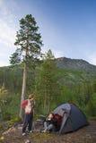 Toeristen bij bergen Royalty-vrije Stock Foto