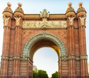 Toeristen bij Boog triomfantelijk van Barcelona stock afbeeldingen