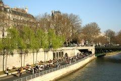 Toeristen bij de bank van Zegenrivier in Parijs Stock Foto