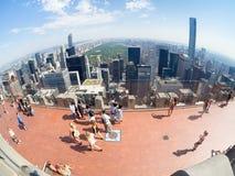 Toeristen bij de Bovenkant van het Dek van de Rotsobservatie boven op GE die New York inbouwen Stock Afbeelding