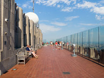 Toeristen bij de Bovenkant van het Dek van de Rotsobservatie boven op GE die New York inbouwen Royalty-vrije Stock Fotografie