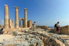 Toeristen bij de bovenkant van oude de Akropolisruïnes van Lindos Royalty-vrije Stock Afbeelding