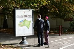 Toeristen bij de kaart van gezichten van Vilnius Royalty-vrije Stock Fotografie