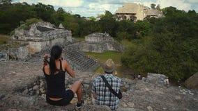 Toeristen bij de Mayan Ruïnes van Ek Balam Stock Foto