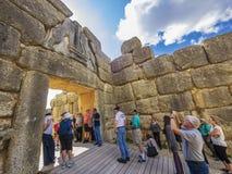 Toeristen bij de Poort van de Leeuw, Mycenae, Griekenland Royalty-vrije Stock Afbeeldingen