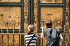 Toeristen bij de Poorten van Paradijs, Florence, Italië royalty-vrije stock afbeelding
