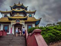 Toeristen bij de tempel Royalty-vrije Stock Afbeeldingen