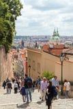 Toeristen bij de treden aan het Kasteel van Praag Royalty-vrije Stock Fotografie
