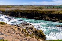 Toeristen bij de waterval Gullfoss in IJsland 11 06.2017 royalty-vrije stock afbeelding