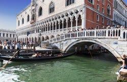 Toeristen bij Dijk dichtbij Paleis van de doges en de Strobrug, Venetië stock foto