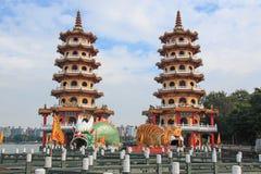 Toeristen bij draak en Tiger Pagodas in Lotus Pond, Kaohsiung, Taiwan stock foto