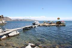 Toeristen bij drijvend eiland op Titicaca-meer, Bolivië Stock Fotografie
