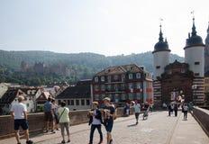 Toeristen bij een oude brug in de stad Heidelberg in Duitsland Stock Fotografie