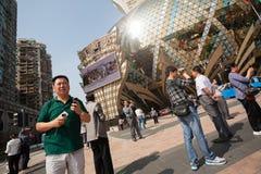 Toeristen bij het Grote Casino van Lissabon in Macao. royalty-vrije stock foto