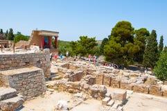 Toeristen bij het Knossos-paleis op 21,2014 Juli op het eiland van Kreta in Griekenland Knossos is het grootste Brons Royalty-vrije Stock Afbeelding