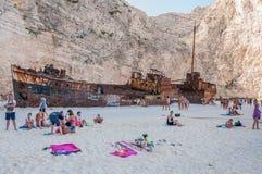 Toeristen bij het Navagio-Strand op het Eiland van Zakynthos Royalty-vrije Stock Afbeelding