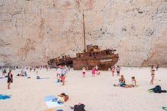 Toeristen bij het Navagio-Strand op het Eiland van Zakynthos Stock Afbeelding