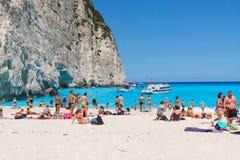 Toeristen bij het Navagio-Strand in Zakynthos, Griekenland Stock Afbeelding