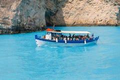 Toeristen bij het Navagio-Strand in Zakynthos, Griekenland Stock Foto's