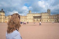 Toeristen bij het oude Paleis in Gatchina reis concept stock afbeeldingen