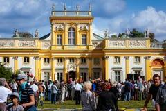 Toeristen bij het Paleis in Wilanow, Warshau Stock Foto's