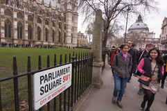 Toeristen bij het Parlement Vierkant, Londen Stock Foto