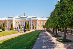 Toeristen bij het Peterhof-Paleis Stock Afbeelding