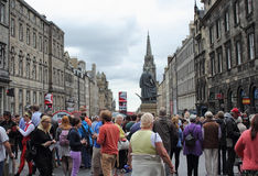 Toeristen bij het Randfestival bij Koninklijke Mijl in Edinburgh, Schotland, 11 08 2015 stock afbeeldingen