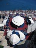 Toeristen bij het strand royalty-vrije stock afbeeldingen