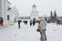 Toeristen bij klooster Royalty-vrije Stock Afbeeldingen