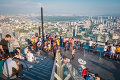 Toeristen bij Koning Power Mahanakorn Building bij 78ste verdieping dakbovenkant in Bangkok, Thailand stock fotografie