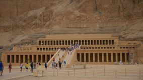 Toeristen bij Koningin Hatshepsut Temple in Egypte stock videobeelden