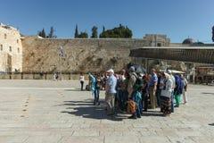 Toeristen bij loeiende de muursamenstelling van Jeruzalem Royalty-vrije Stock Fotografie