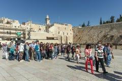Toeristen bij loeiende de muursamenstelling van Jeruzalem Stock Foto's
