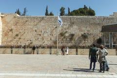 Toeristen bij loeiende de muursamenstelling van Jeruzalem Royalty-vrije Stock Foto's