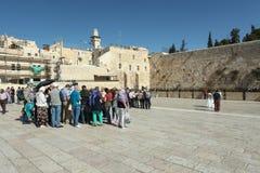 Toeristen bij loeiende de muursamenstelling van Jeruzalem Royalty-vrije Stock Afbeelding