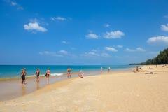 Toeristen bij Mai Khao-strand Phuket, Thailand Royalty-vrije Stock Foto's
