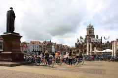 Toeristen bij Marktvierkant van Delft, Nederland Stock Foto