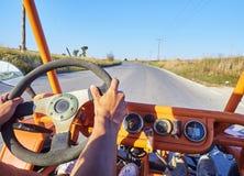 Toeristen bij Met fouten in doorgang op een weg van Kos Egeïsch zuiden, Griekenland stock afbeelding