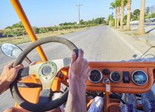 Toeristen bij Met fouten in doorgang op een weg van Kos Egeïsch zuiden, Griekenland royalty-vrije stock foto's